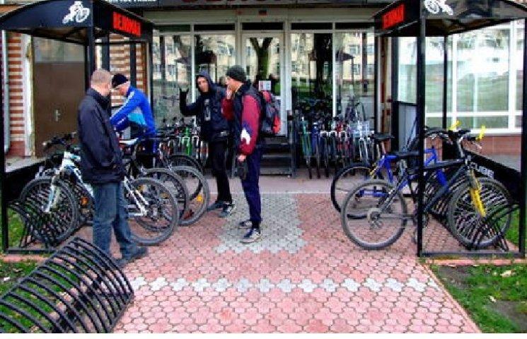"""У Хмельницькому біля """"Дитячого світу"""" встановили велосипедну парковку"""