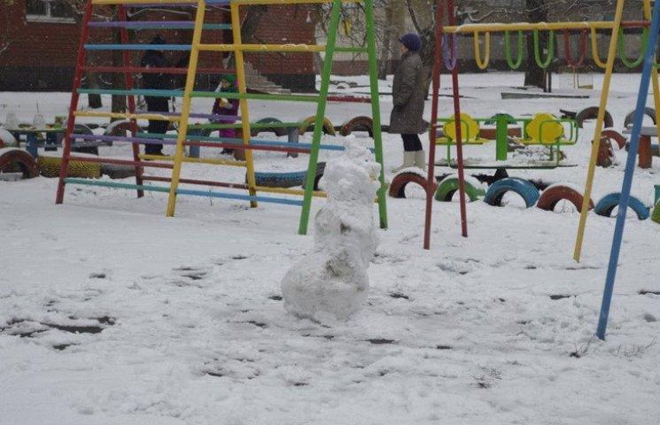 """У Дніпропетровську """"святкують"""" 50-те лютого сніговиками"""