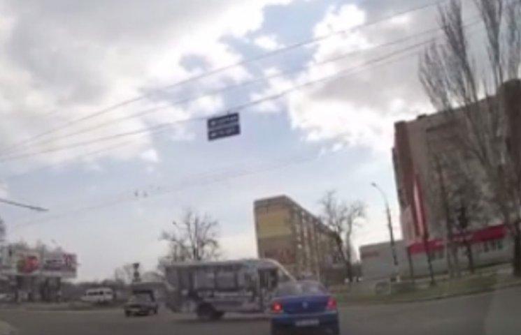 """У Миколаєві маршрутка, що """"летіла"""" на червоний, ледь не в"""