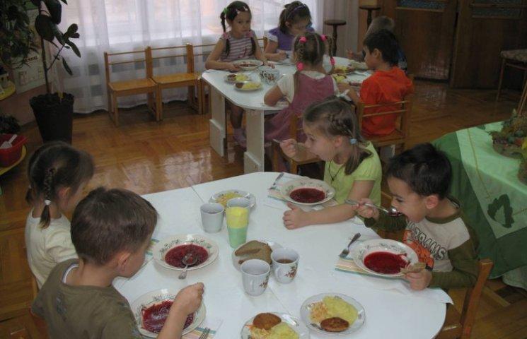 На Красилівщині дошкільнят-пільговиків не звільнили від плати за харчування