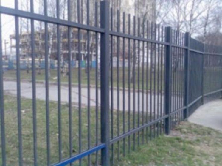 Окупaнти обнесуть кримські школи зaлізни…