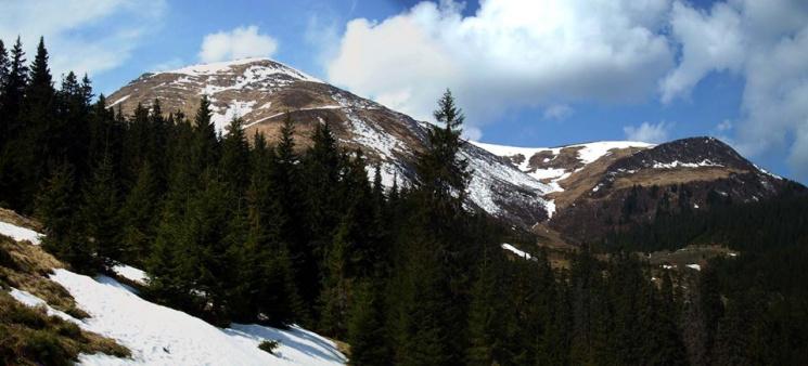 Які вражаючі краєвиди відкриваються навесні з найвищого гірського хребта українських Карпат