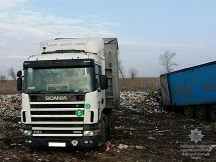 На Днепропетровщине завели дело за несанкционированный сброс львовского мусора