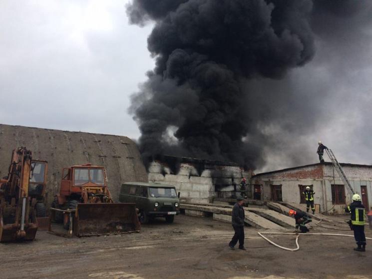 У Хмельницькому горять склади