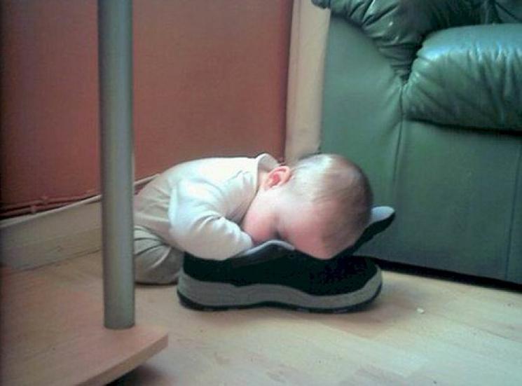 Де і як можуть заснути смішні малюки, яких розбудили занадто рано