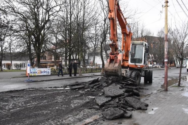 В Іршаві відкопують з-під асфальту брукі…