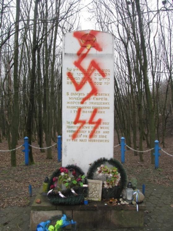 На Тернопільщині вандали осквернили пам'ятник жертвам Голокосту