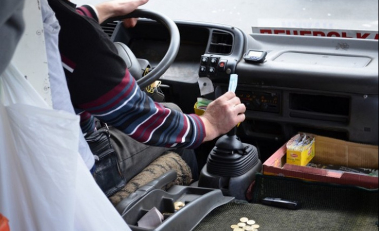 Рівненським водіям заборонили слухати ул…