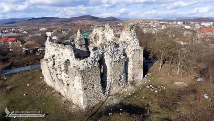 Як з висоти виглядає Середнянський замок - одна з головних пам'яток Закарпаття