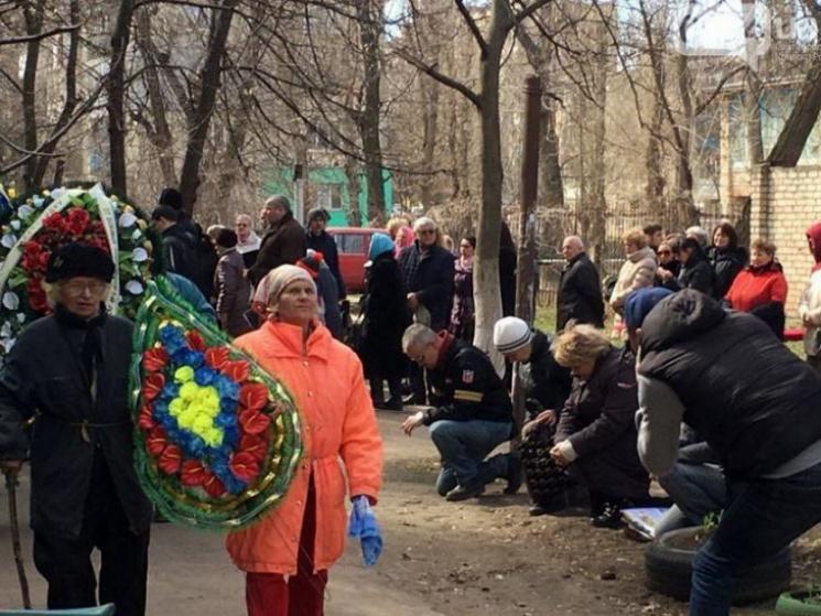 У Кривому Розі на колінах проводжали загиблого на Луганщині бійця