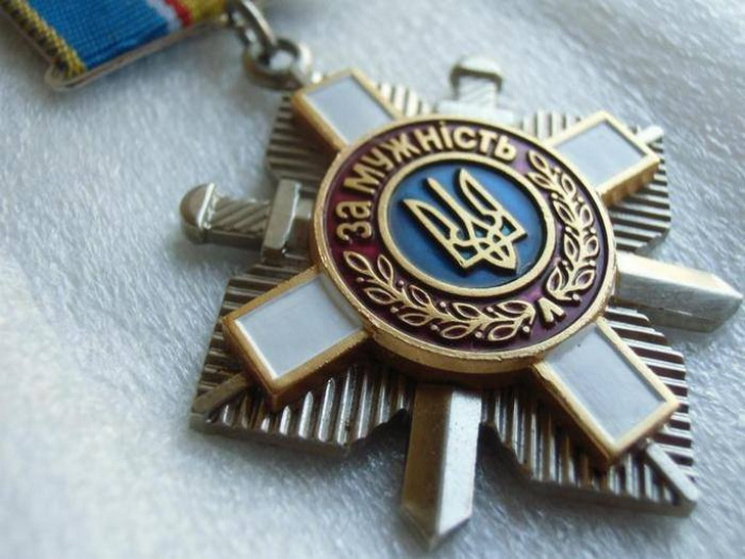 Трагедия Ил-76: Сестра погибшего десантника возвратила Порошенко орден брата