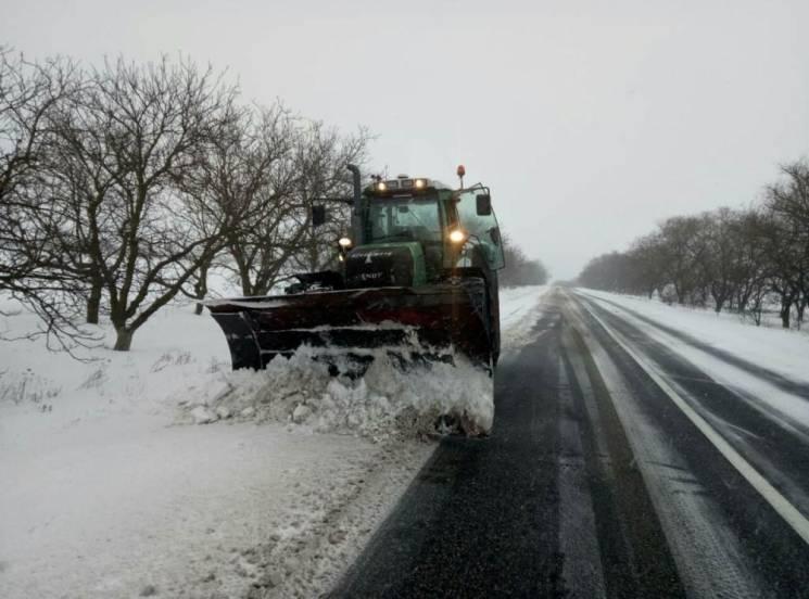 На Миколаївщині активно розчищають дороги від снігових кучугур