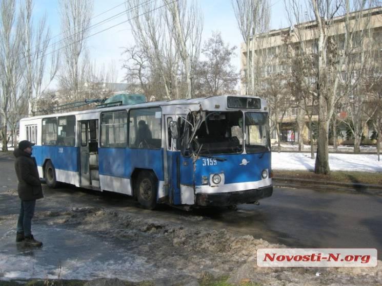 У Миколаєві тролейбус в'їхав у стовп (ФОТО)