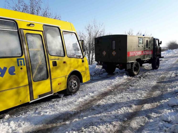 Миколаївські рятувальники витягають авто із снігових кучугур (ФОТО)