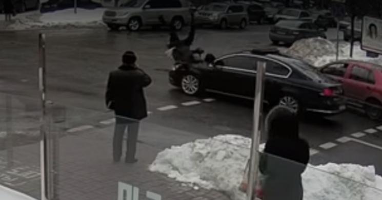 Відео дня: Кортеж Порошенка збив дідуся, ГРУшника отруїли в Лондоні