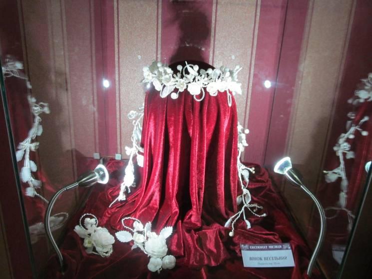 У центрі уваги в Хмельницькому краєзнавчому музеї цього місяця весільний віночок