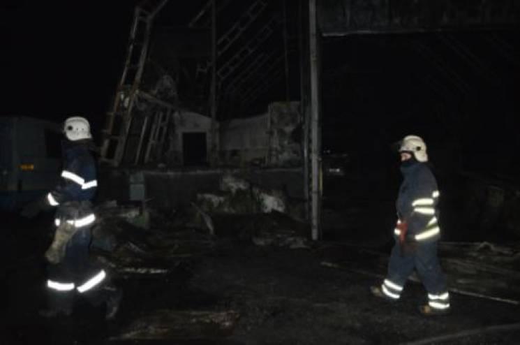 """На Дніпропетровщині на """"ахметівській"""" автобазі згоріли 17 автомобілів (ФОТО)"""