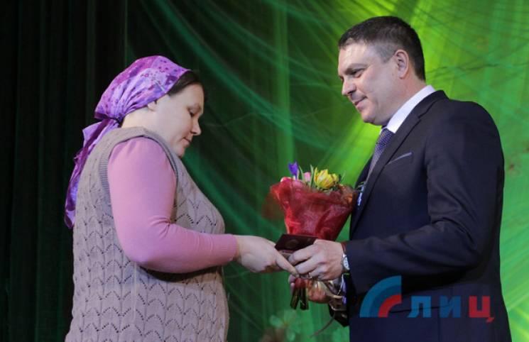 """Підсумки тижня в """"ЛНР"""": Медалі на 8 березня та нові казки про """"Правий сектор"""""""