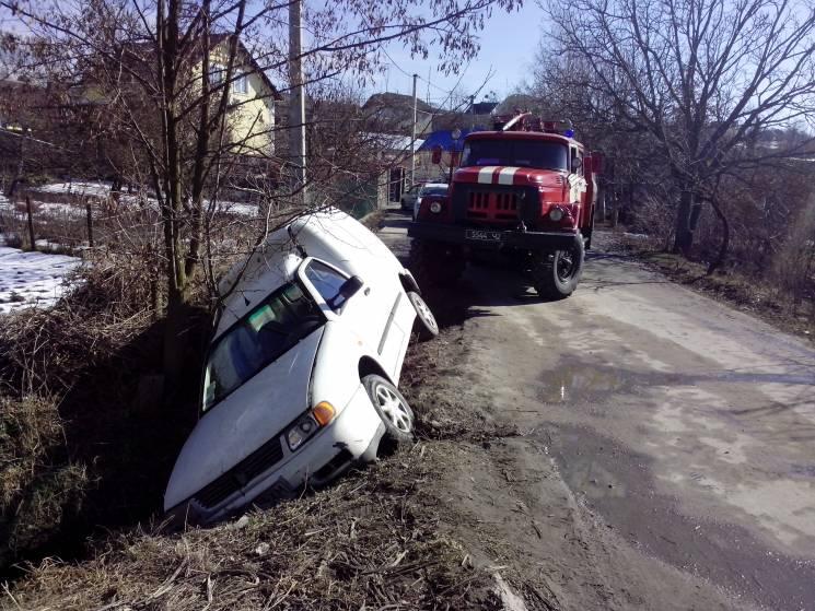 На Хмельниччині з дороги в кювет злетів автомобіль (ФОТО)