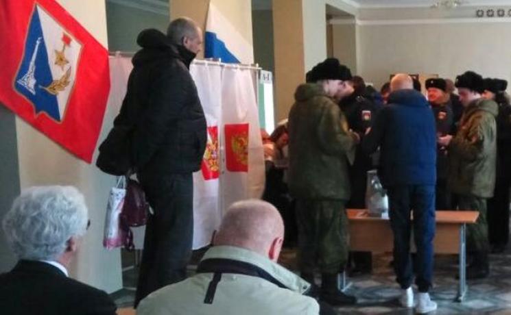 """В окупованому Криму на """"виборах"""" Путіна вже проголосували півтисячі військових"""
