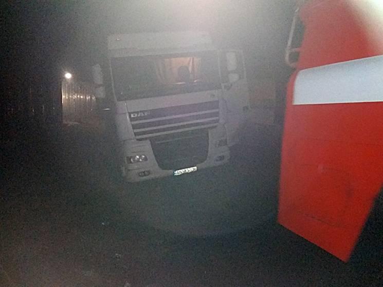 На Миколаївщині рятувальники витягнули молоковоз із багна