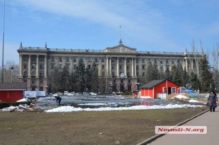З головної площі Миколаєва прибрали ковзанку (ФОТО)