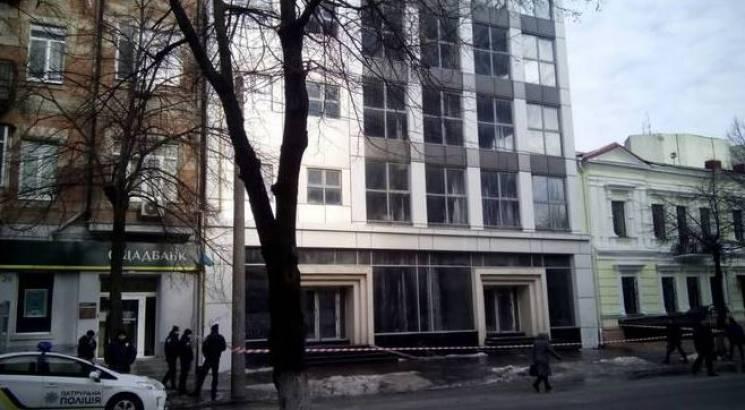 У центрі Дніпра з вікон офісної будівлі ллються потоки води (ФОТО)