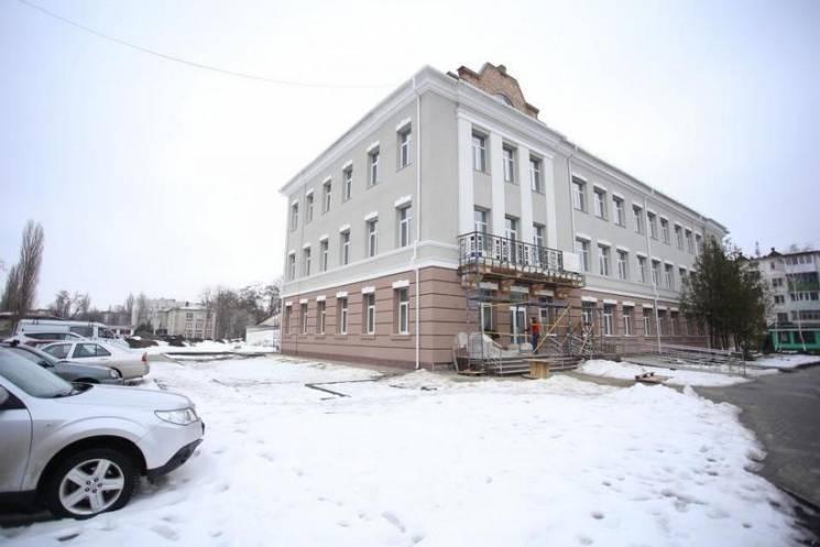 """Мер Кременчука """"дав прочуханки"""" будівельникам, що ремонтують ЦНАП"""