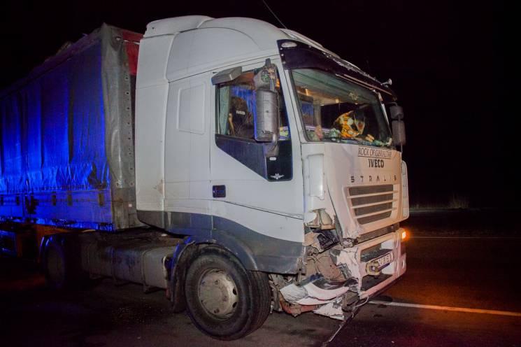 Біля Дніпра вантажівка знесла з дороги автомобіль патрульної поліції (ФОТО)