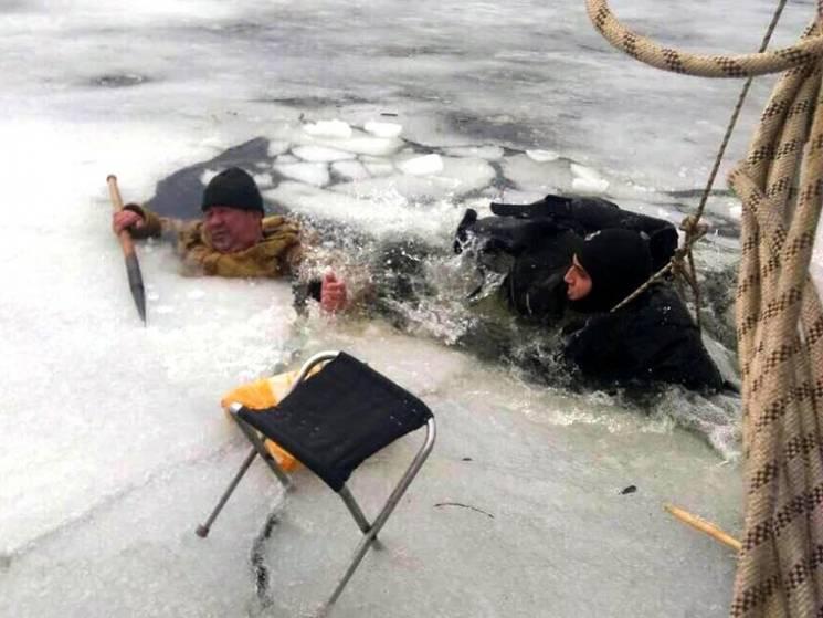 У Дніпрі рятувальники витягли рибалку з крижаної води (ФОТО)