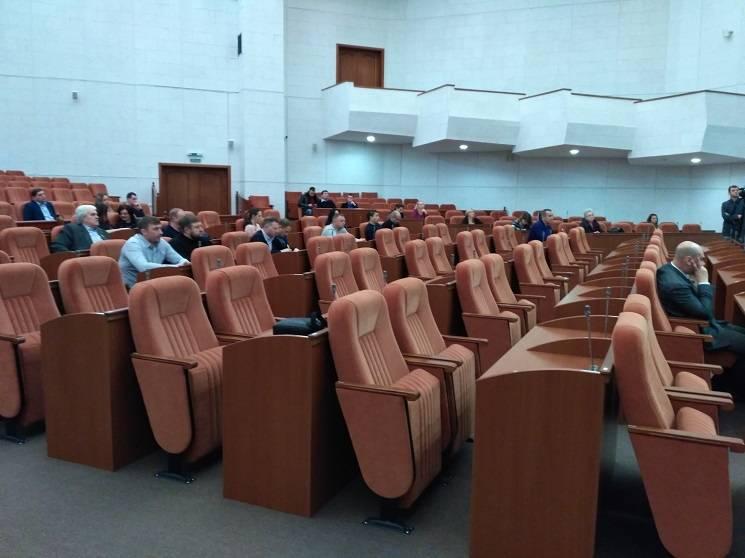 У Дніпрі більшість депутатів проігнорували обговорення збільшення тарифу на квартплату (ФОТО)
