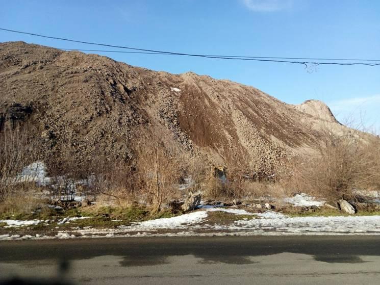 Шлакові Гімалаї Ахметова: Як виживає Маріуполь біля відвалів і замуленого моря (ФОТО)