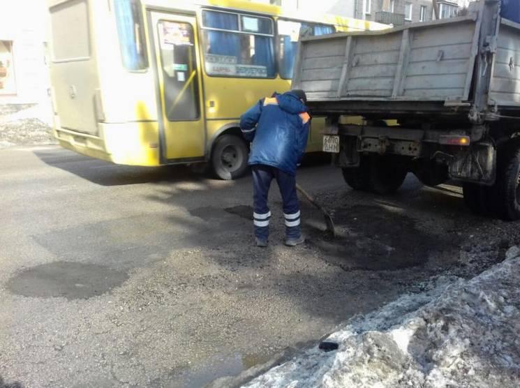У Дніпрі дороги ремонтують вживаним асфальтом (ФОТО)