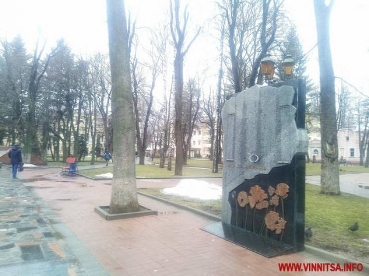 У Вінниці з мультимедійного пам'ятника зняли екран