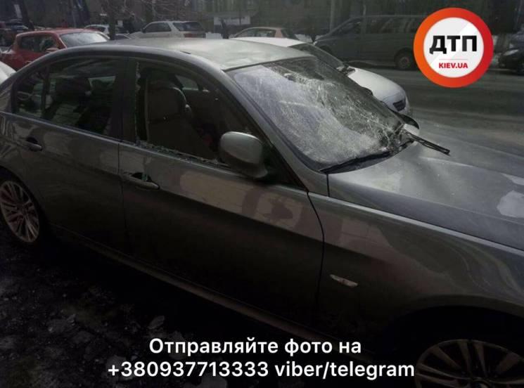 На одній зі столичних вулиць бурульки розтрощили BMW (ФОТО)
