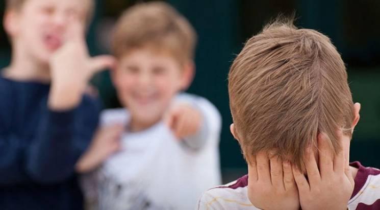На Хмельниччині однолітки так зацькували 10-річного учня, що той подався світ за очі