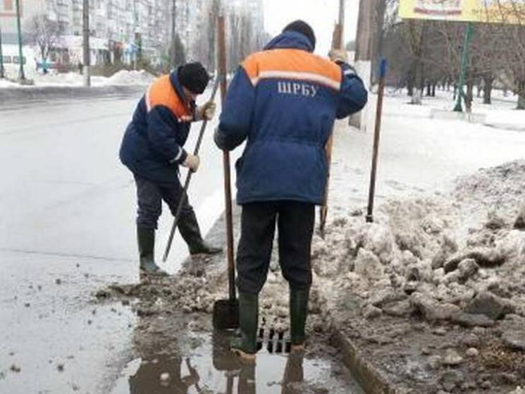 Через потопи кременчуцькі комунальники взялися чистити ливнівки (ВІДЕО)