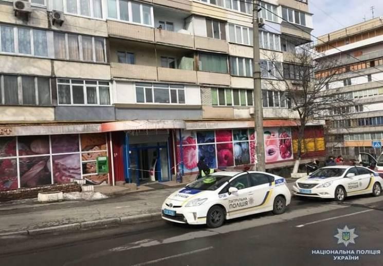 Посварився з касиром: У Києві покупець почав стріляти в магазині (ФОТО)
