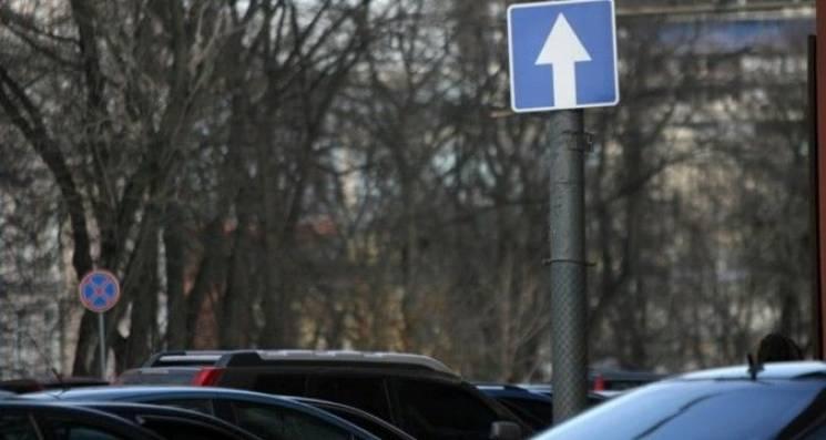У центрі Ужгорода встановлюють дорожні знаки: У напрямку хімфаку діятиме лише односторонній рух