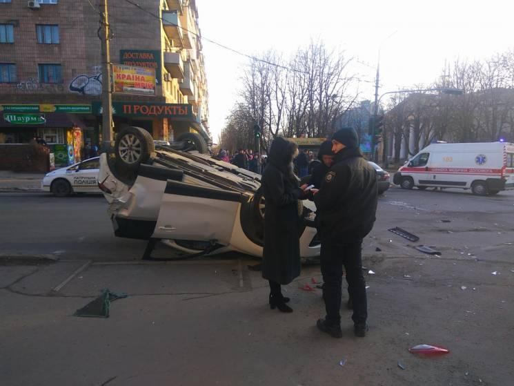 У Маріуполі очевидці ДТП витягнули водія з автівки, що перекинулася (ФОТО, ВІДЕО)