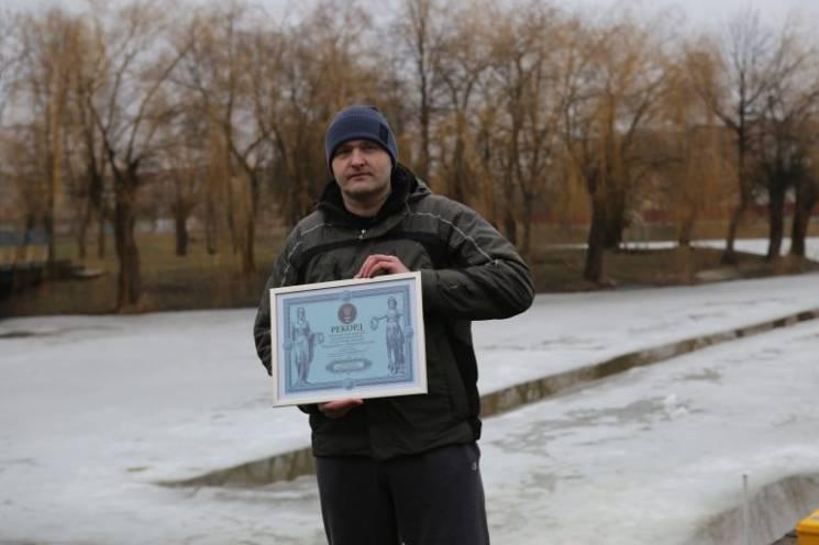 Прикарпатець проплив під кригою 61 метр і встановив рекорд України (ФОТО)