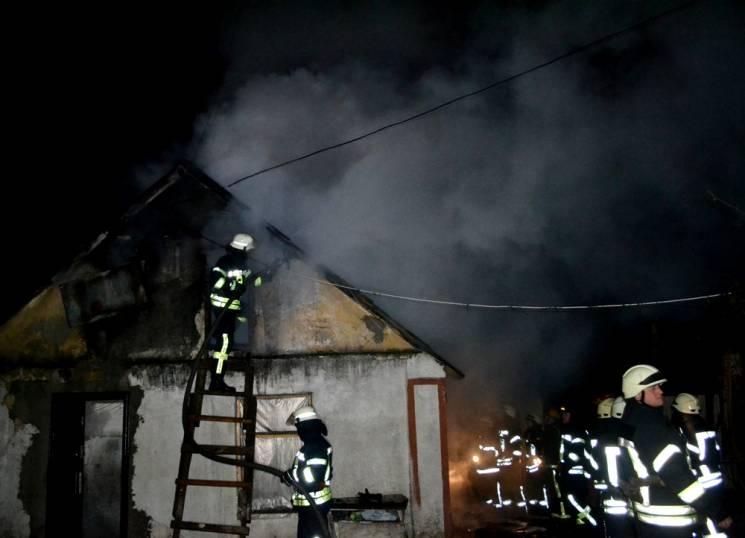 В Одесі в приватному житловому секторі сталася масштабна пожежа (ФОТО, ВІДЕО)