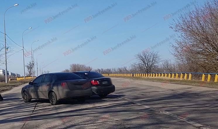 """У Бердянську на мосту не """"розминулися"""" дві автівки (ФОТО)"""