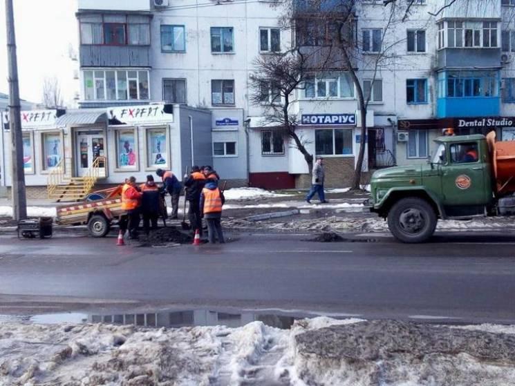 Кременчуцькі комунальники взялися за ремонт зруйнованих негодою доріг (ФОТО)
