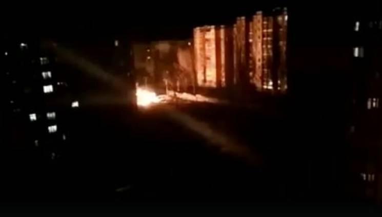 У Кривому Розі у дворі багатоповерхівки спалахнула газова труба (ВІДЕО)