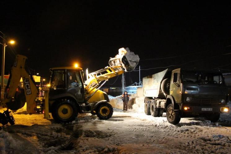У Полтаві комунальники нарешті почали вивозити сніг