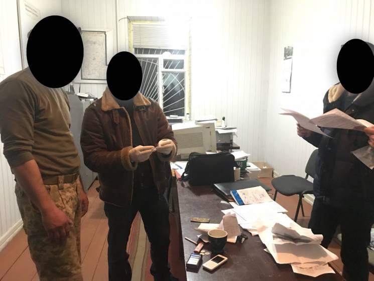"""На Хмельниччині офіцер військкомату за гроші """"робив"""" відстрочку строковикам (ФОТО)"""