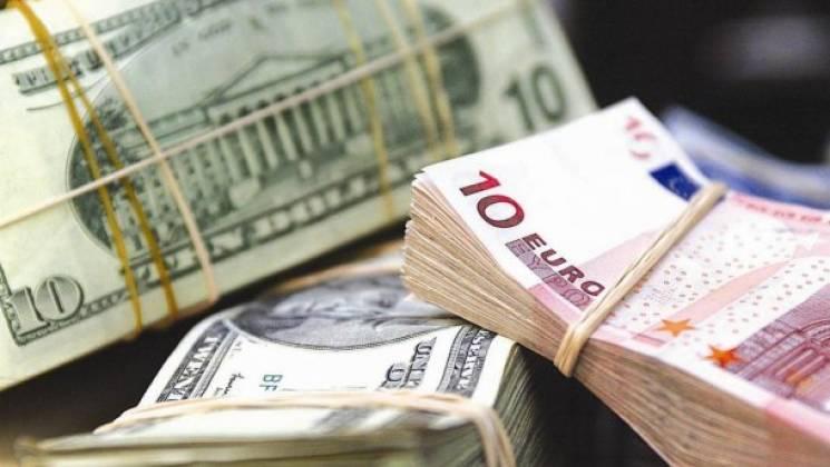 У столичних обмінниках знову дорожчає долар і євро