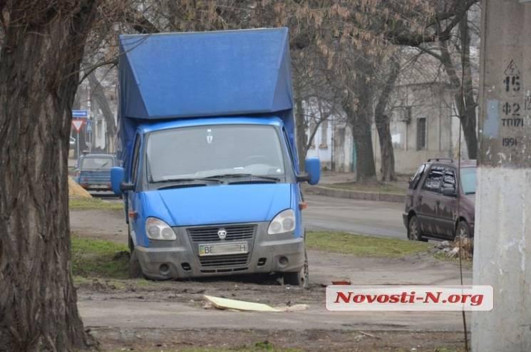 У Миколаєві на перетині вулиць застрягла вантажівка(ФОТО)
