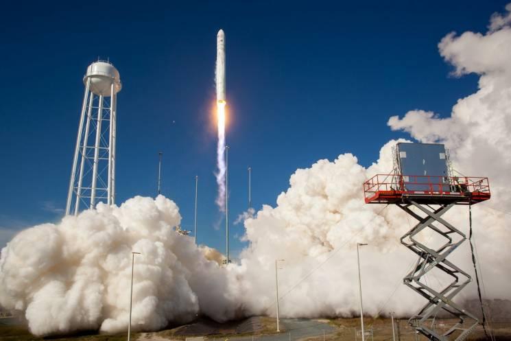 Космічне підприємство Дніпра показало американському астронавту проект бази на Місяці